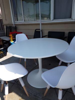 Mesa de Tulipan con 4 sillas nuevas for Sale in Los Angeles, CA