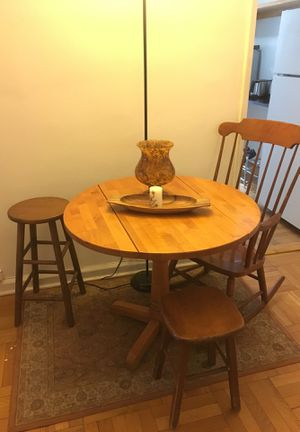 Used, BREAKFAST TABLE SET ALL INCLUDED! RUG, 2 STOOLS, ROCKING CHCAIR, DECORATIVE BOWLS for Sale for sale  New York, NY