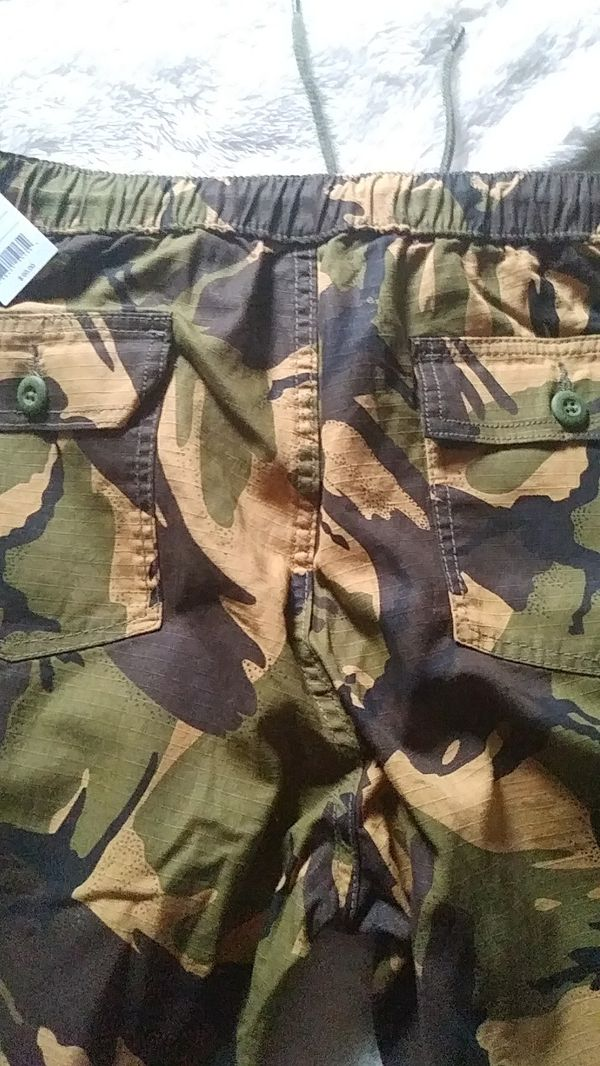 Huf pants. Style name/Neo camo easy paint. Color/deep olive size: L