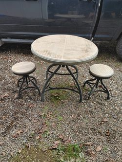 Table and 2 chairs for Sale in McMinnville,  OR