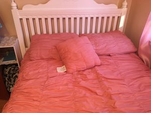 BEAUTIFUL FULL SIZED BED AND FRAME for Sale in Latham, NY