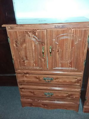 Dresser 40×29×15 in good condition all draws open and close for Sale in Columbus, OH