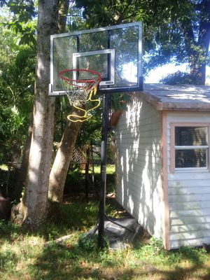 Lifetime Elite shatterproof basketball hoop with adjustable height and ball returner for Sale in Tampa, FL