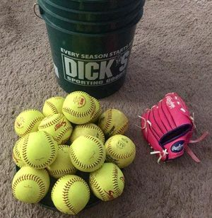 "Bucket O Softballs 11"" Rawlings, Fastpitch and Dudly .. 15 balls Total. Comes with Rawlings Kids' Players Series 9 in Pink T-Ball for Sale in Murphy, TX"