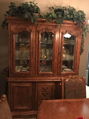Dining table & Hutch for Sale in Oakdale, CA