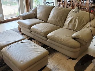 Natuzzi Leather Soda Sleeper (Qn) Two Matching Ottomans And Matching Recliner. for Sale in Dallas,  TX