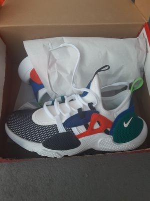 PAIR OF NEW NIKE HUARACHES EDGE SIZE 2 for Sale in Los Angeles, CA