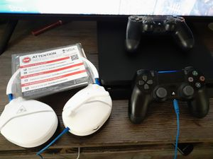 PS4 PRO con 2 CONTROLES y HEADSET for Sale in Santa Ana, CA