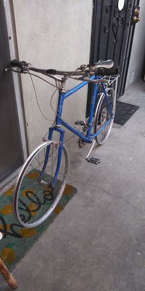 UNIVEGA 27 INCHES BIKE 12 SPEED. VERY GOOD SHAPE HAS A RACK ON THA BACK for Sale in Ontario, CA
