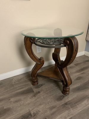 End table with glass top for Sale in Las Vegas, NV
