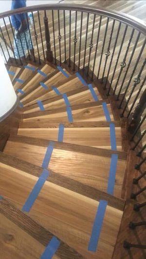 Se asen trabajos de pisos de madera laminado vinyl tile glue down. Y escaleras for Sale in Irving, TX