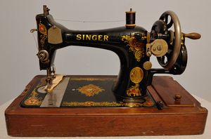 SINGER Handcrank Sewing Machine with Wood Case for Sale in Chicago, IL