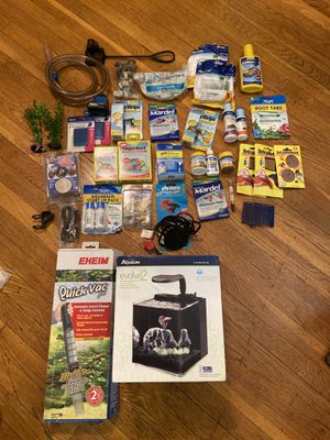 All-inclusive desk-top aquarium/fish tank with auto vacuum cleaner and other necessities for Sale in Queens, NY