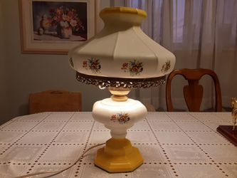 17,5 INCHES Tall VERY NEAT Looking VINTAGE LAMP YELLOW AND WHITE WORKS Great PERFECT CONDITION for Sale in St. Louis,  MO