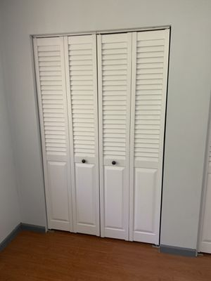 Closet doors 4ft white panel for Sale in Plantation, FL