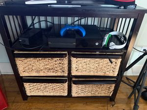 Xbox one with controller and mic and controller charger for Sale in Brooklyn, OH