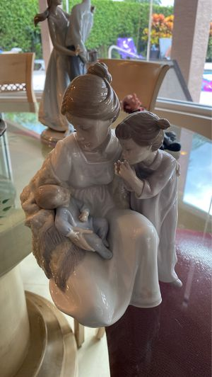 Lladro Lladro Porcelain Welcome To The Family Figurine 01006939 for Sale in Delray Beach, FL