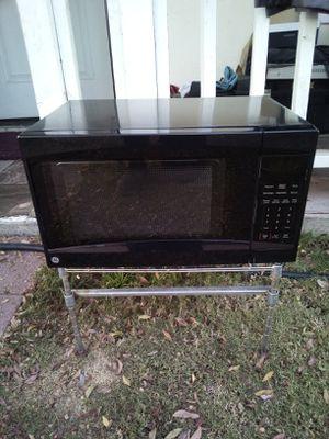 microwave G.E.in really good conditions really clean MicroondasG. E. en muy buenas condiciones bien limpio for Sale in El Monte, CA