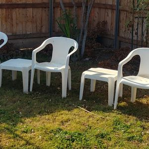 Five plastic Chairs Three End Tables for Sale in Visalia, CA