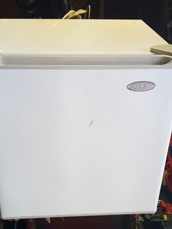 Mini Fridge!! Works Great Whos Got 30 For It for Sale in Cuyahoga Heights,  OH