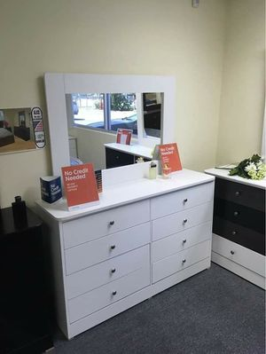 New Compressed 8 Drawer Dresser with Mirror for Sale in Pico Rivera, CA