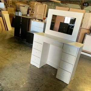 Vanity desk and mirror for Sale in Los Angeles, CA