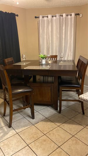 2 Seats 1 bench Kitchen Table for Sale in Bakersfield, CA