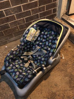 Baby car seat with base for Sale in Silver Spring, MD