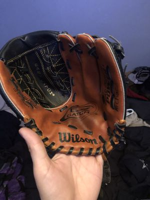 Wilson ez catch 10 1/2 left hand glove for Sale in Irving, TX