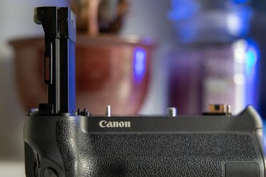 Canon BG-E22 Battery Grip For EOS R for Sale in Seattle,  WA