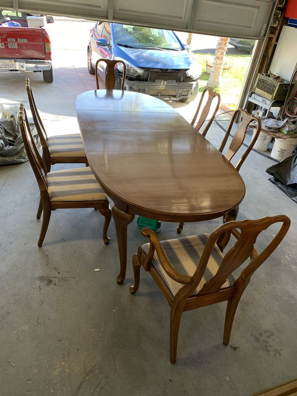 Nice wooden table w 2 leafs extenders and 6 chairs for cheap!!!