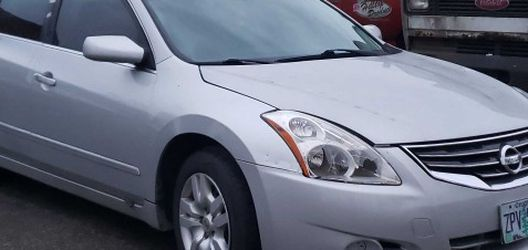 2012 Nissan Altima. Some Rear Bumper Damage. 125k Miles. Clean Title Damage Is Due To Vandalism. Runs And Drives Smooth No.issues Mechanically. for Sale in Gresham,  OR
