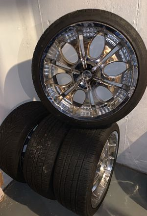 """22"""" universal chrome rims with tires few scratches nothing major for Sale in Laurel, MD"""