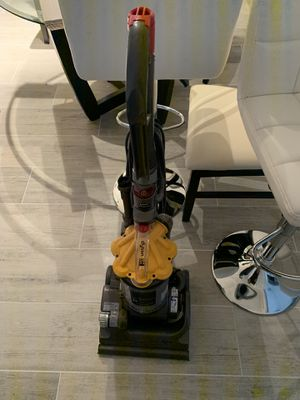Dyson DC33 Multi-Floor Upright Bagless Vacuum Cleaner (Yellow/Gray) for Sale in Miami, FL