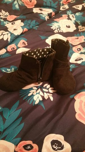 Size 6 toddler girl black boots for Sale in Mesquite, TX