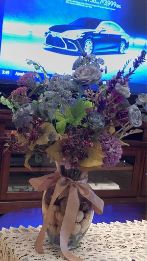 Crystal clear big vase full of beautiful different flowers/roses. for Sale in Kissimmee, FL