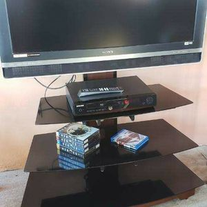 Tv Con Mesa DvD Y Dos Peliculas Y 4 Series De Héroes for Sale in Miami, FL