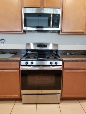 GE gas stove and microwave for Sale in Winter Garden, FL