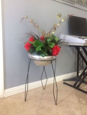 Stand and flower pot for Sale in Las Vegas, NV