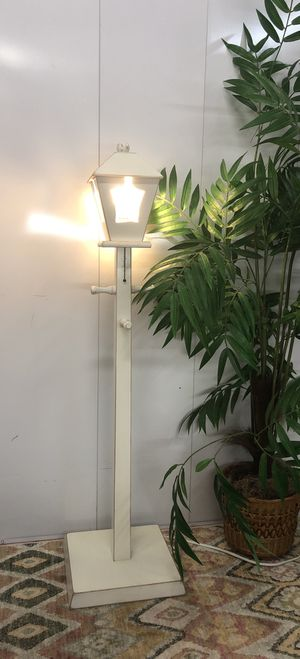 "Light Post White Wooden Floor Lamp and Hat Hanger 47"" Tall for Sale in Boynton Beach, FL"