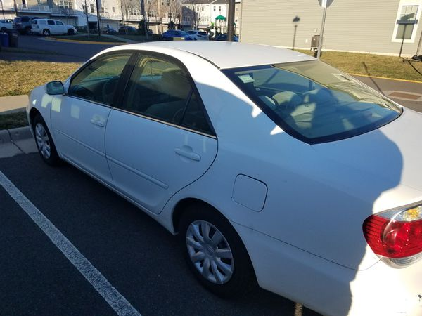 2005 White Toyota Camry LE