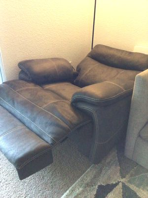 Power Recliner with Power Headrest and USB for Sale in San Jose, CA