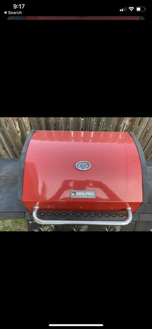 BBQ GRILL STILL WORKS NEEDS CLEANING. IGNITION START WORKS ON AND OFF.. if it doesn't WORK, JUST LIGHT AN PAPER AND THROW IT IN THE GRILL AND THEN I for Sale in Fort Worth, TX