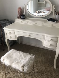 White Desk And Vanity With Mirror Hutch for Sale in Aurora,  CO