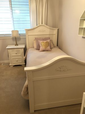 Twin bed and night stand for Sale in Puyallup, WA