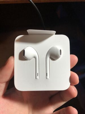 Apple Earphones with Lightning Cable for Sale in Los Angeles, CA