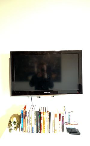 """Samsung 32"""" TV with stand and wall mount! for Sale in Portland, OR"""