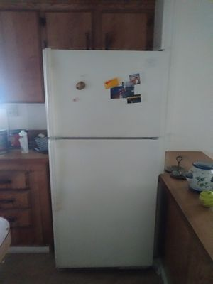Good working whirllpool refrigerator still connected for Sale in Wildomar, CA