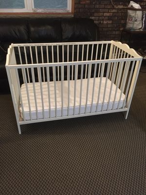 White Baby Crib/Toddler Bed for Sale in Staten Island, NY