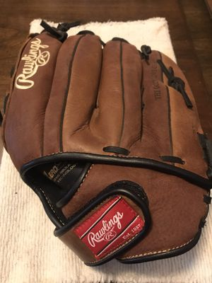 Brand new right handed baseball glove in excellent condition for Sale in Chandler, AZ